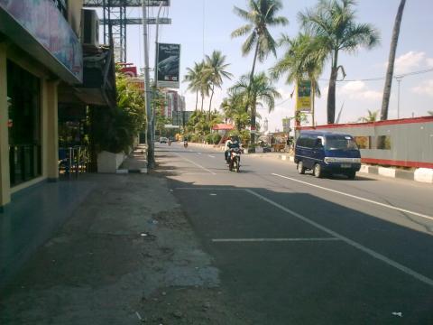 Di pinggir pantai Losari, Makassar