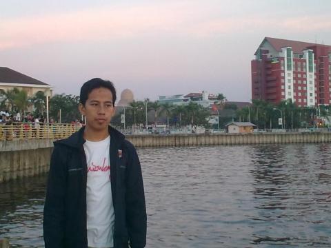 Bergaya di anjungan Pantai Losari, Makassar